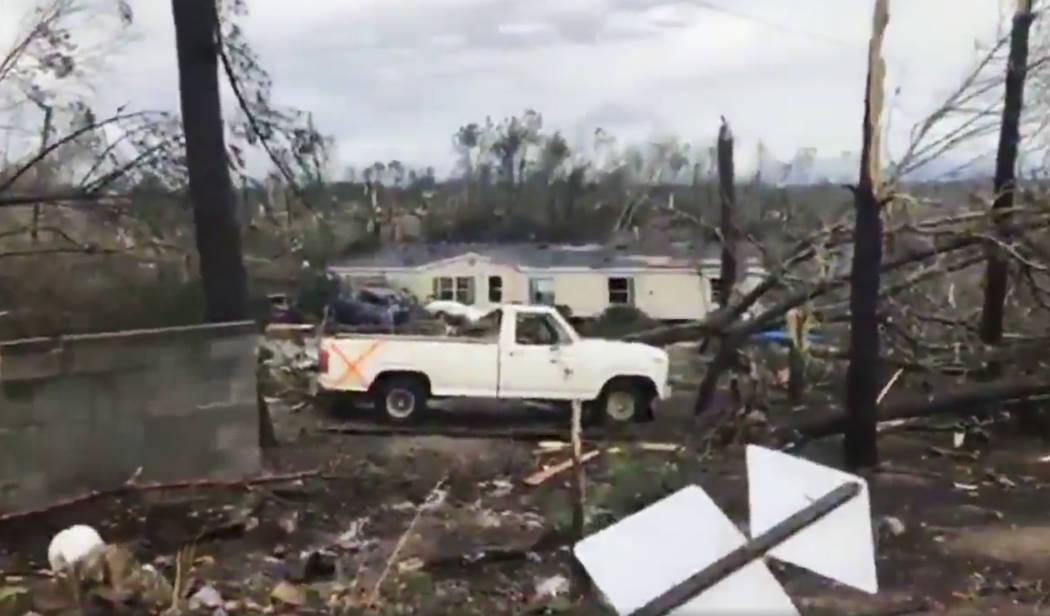 Esta foto muestra escombros en el Condado de Lee, Alabama, después de lo que pareció ser un tornado en el área el domingo 3 de marzo de 2019. Tormentas severas destruyeron casas móviles, arran ...