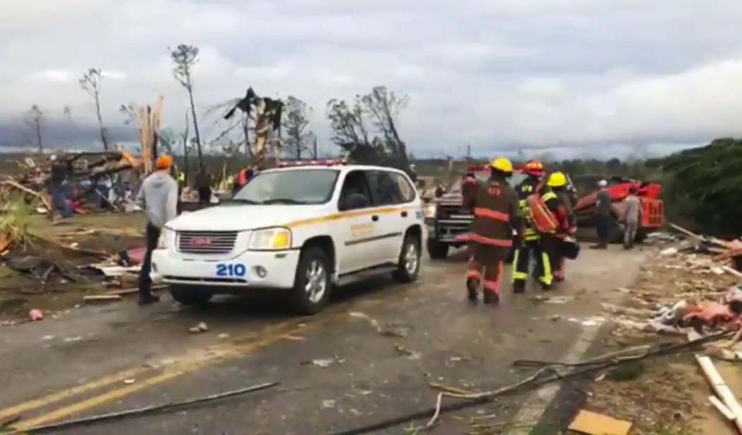 Personal de primeros auxilios trabaja en la escena en medio de escombros en el Condado de Lee, Alabama, luego de que un tornado pasara por el área el domingo 3 de marzo de 2019. Tormentas severas ...