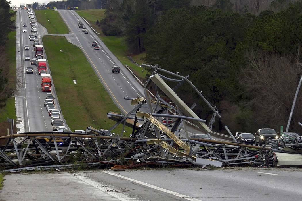 Una torre celular caída se encuentra en la carretera de la Ruta 280 de los EE. UU. en el Condado de Lee, Alabama, en la comunidad de la Estación Smiths después de que pasara un tornado por la z ...