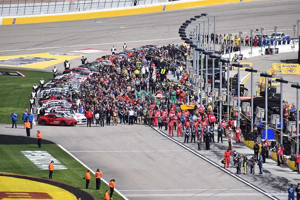 El equipo de Kyle Busch tuvo que realizar un cambio de llanta de emergencia, justo a dos vueltas de finalizar la carrera. Sábado 2 de marzo de 2019 en Las Vegas Motor Speedway. Foto Frank Alejand ...