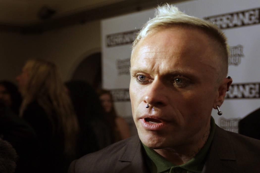 El músico británico Keith Flint de The Prodigy, habla con los medios de comunicación después de ganar el mejor sencillo para 'Omen' en los Kerrang Awards 2009, en The Brewery en Londres, el lu ...