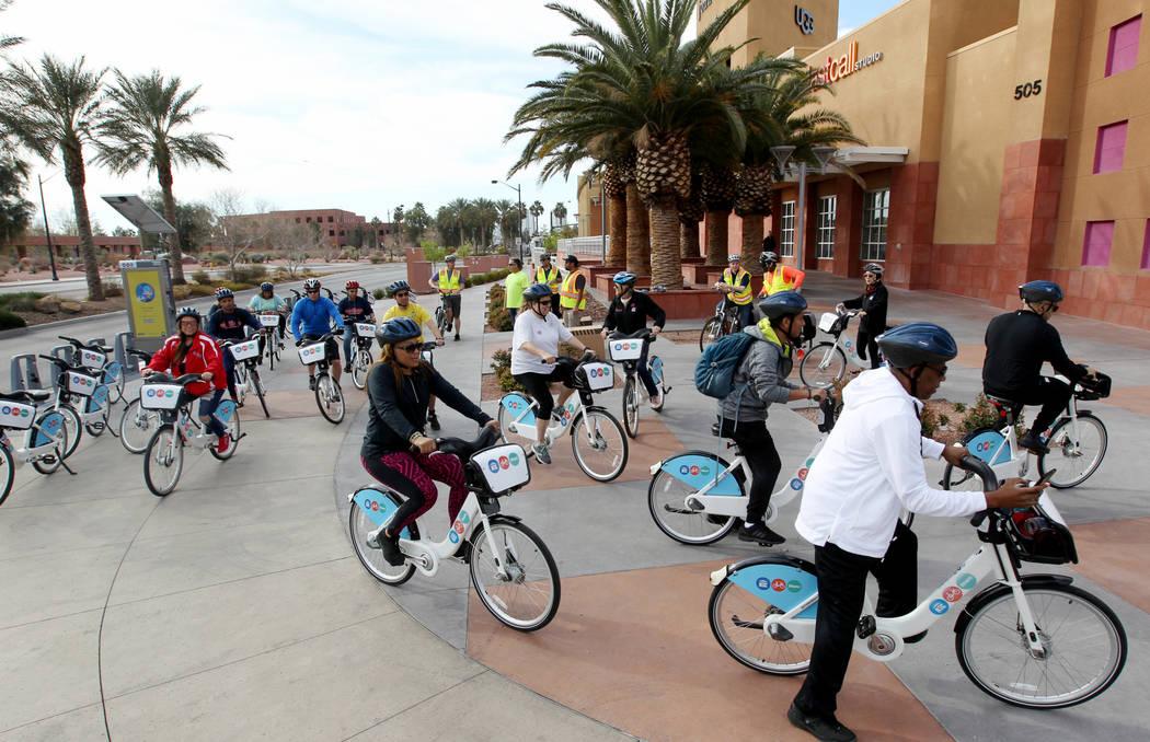 Los ciclistas partieron de una estación de bicicletas compartidas de la Comisión Regional de Transporte cerca del Centro de Gobierno del Condado de Clark el lunes 12 de marzo de 2018, para un pa ...
