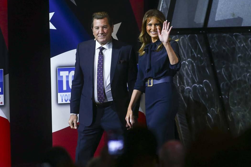 """La primera dama Melania Trump, a la derecha, es presentada por la personalidad de televisión, Eric Bolling, en un ayuntamiento sobre la adicción a los opiáceos como parte de su campaña """"Be Bes ..."""