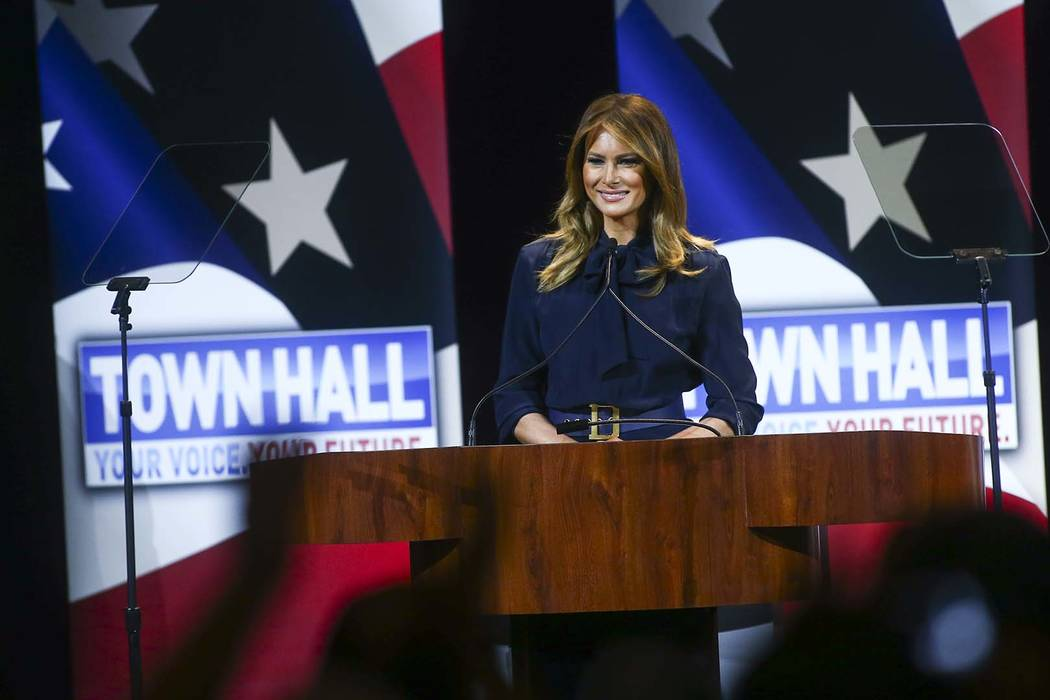 """La primera dama Melania Trump habla en un ayuntamiento sobre la adicción a los opioides como parte de su campaña """"Be Best"""" en el Teatro Westgate en Las Vegas el martes 5 de marzo de 2019. (Chase ..."""