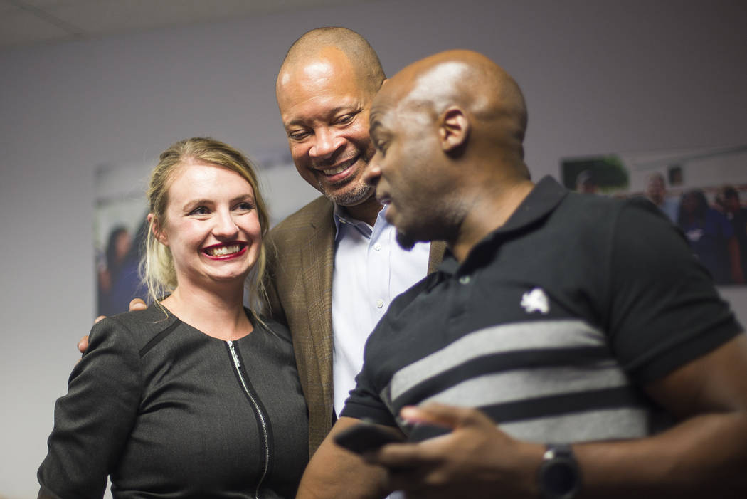 Melanie Scheible, una demócrata que se postula para el Distrito 9 del Senado estatal, abraza al líder de la mayoría del Senado, Aaron Ford, demócrata de Las Vegas que se postula para la Fiscal ...