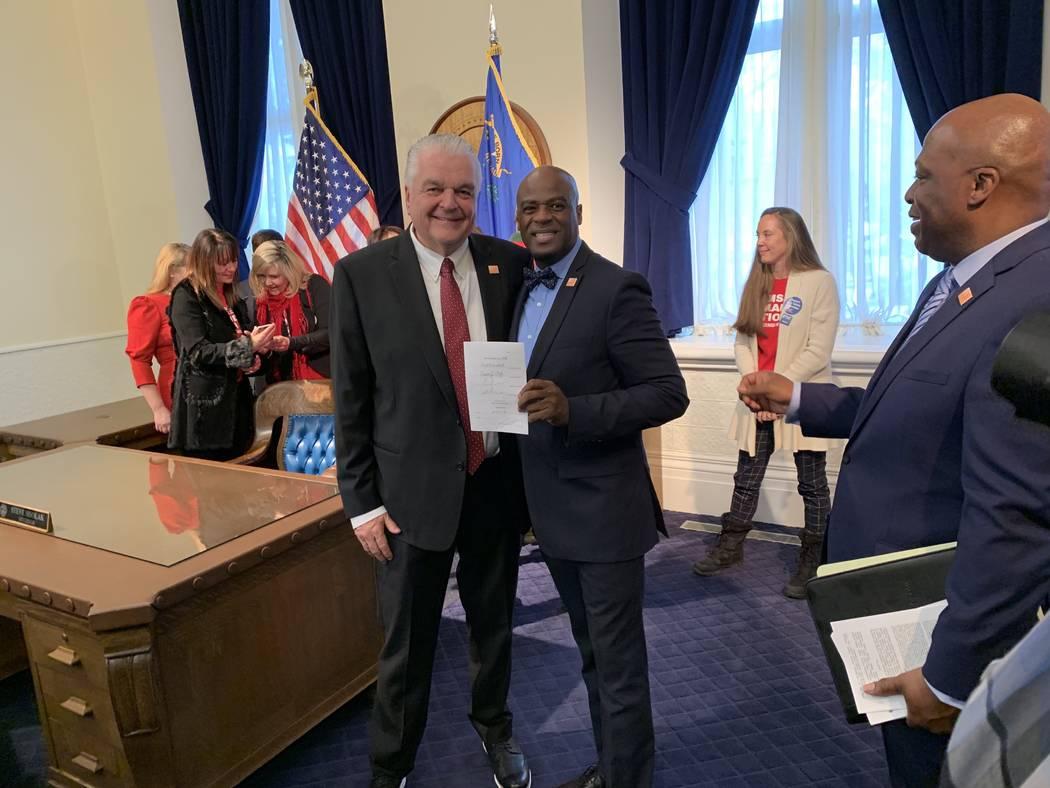 El gobernador Steve Sisolak, a la izquierda, y el líder de la mayoría del Senado, Kelvin Atkinson, demócrata por North Las Vegas, el principal patrocinador de la nueva ley de Nevada que requier ...