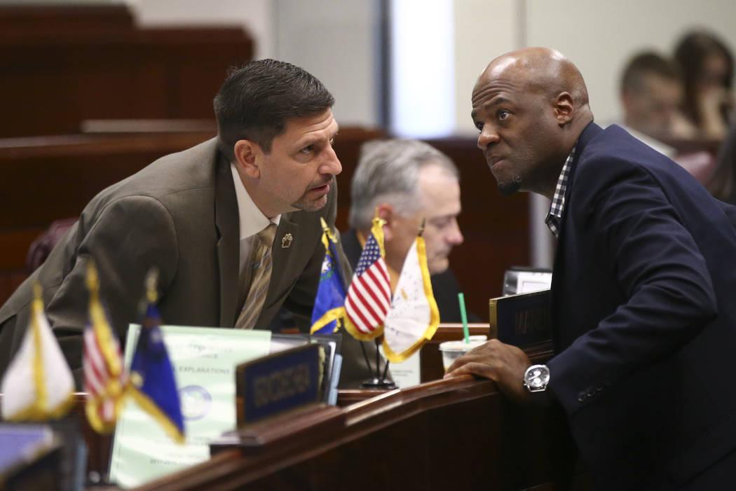 El senador Mark Manendo, D-Las Vegas, a la izquierda, habla con el senador Kelvin Atkinson, D-North Las Vegas, durante el segundo hasta el último día de la Legislatura de Nevada en el edificio l ...
