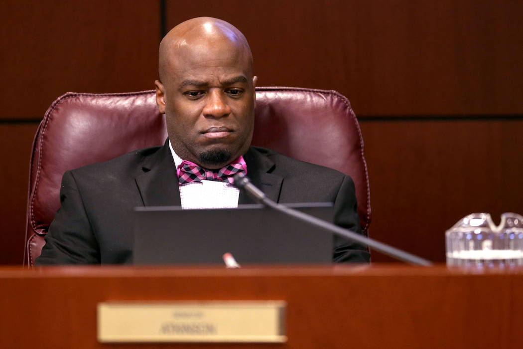 El senador Kelvin Atkinson, D-North Las Vegas, ve una presentación durante una reunión del Comité de Finanzas en el edificio legislativo en Carson City el miércoles 6 de febrero de 2019. (K.M. ...