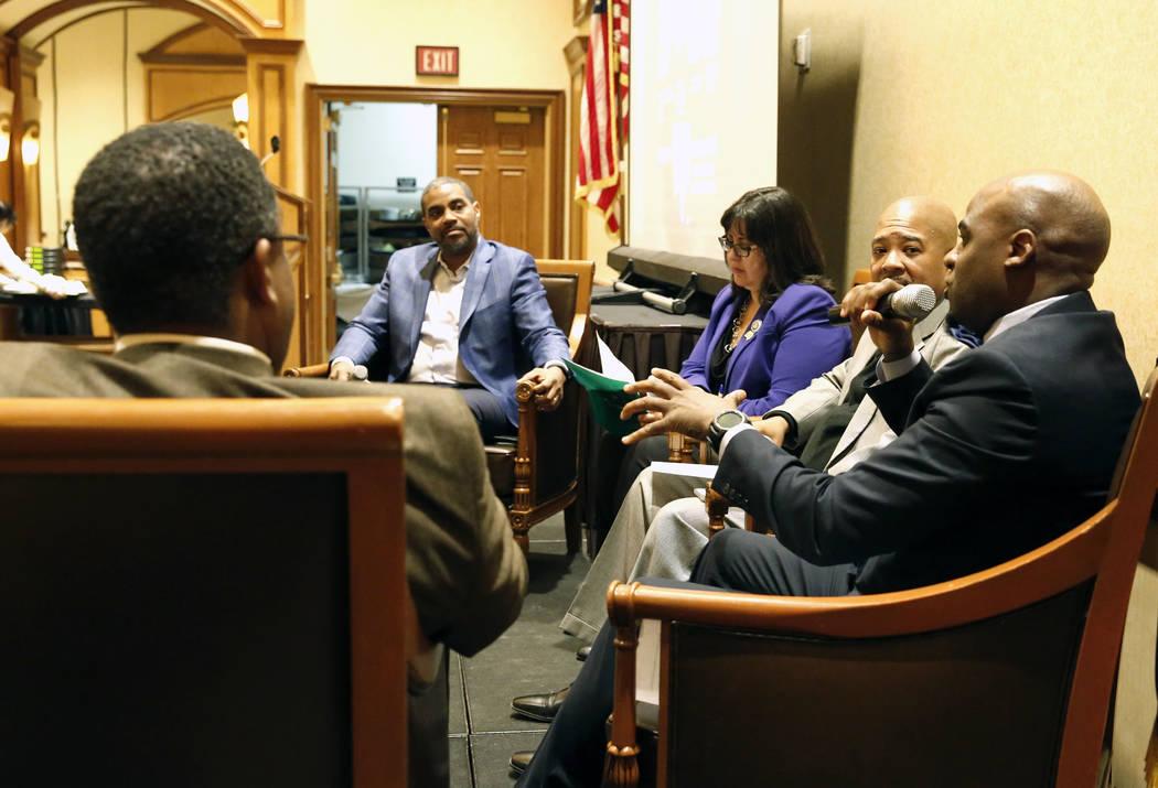 El senador Kelvin Atkinson, a la derecha, habla durante una mesa redonda sobre negocios y comunidad en honor al Mes de la Historia Afroamericana el viernes 23 de febrero de 2018, en Las Vegas, mie ...