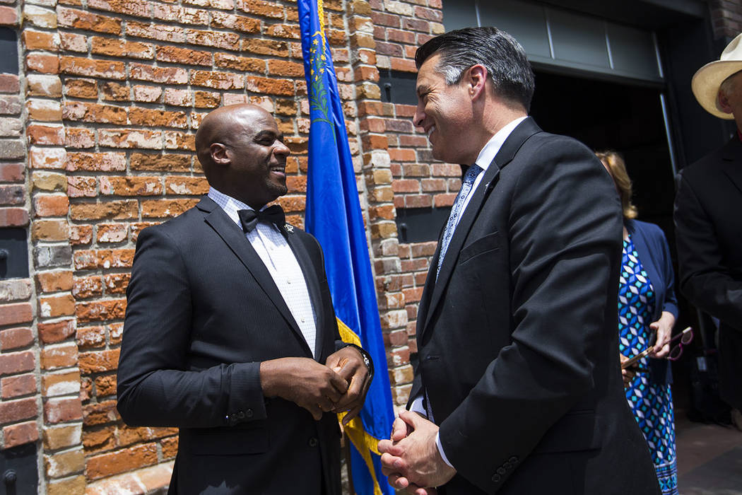 El senador Kelvin Atkinson, D-North Las Vegas, a la izquierda, habla con el gobernador Brian Sandoval en el restaurante y cervecería The Union en Carson City el lunes 5 de junio de 2017. Chase St ...