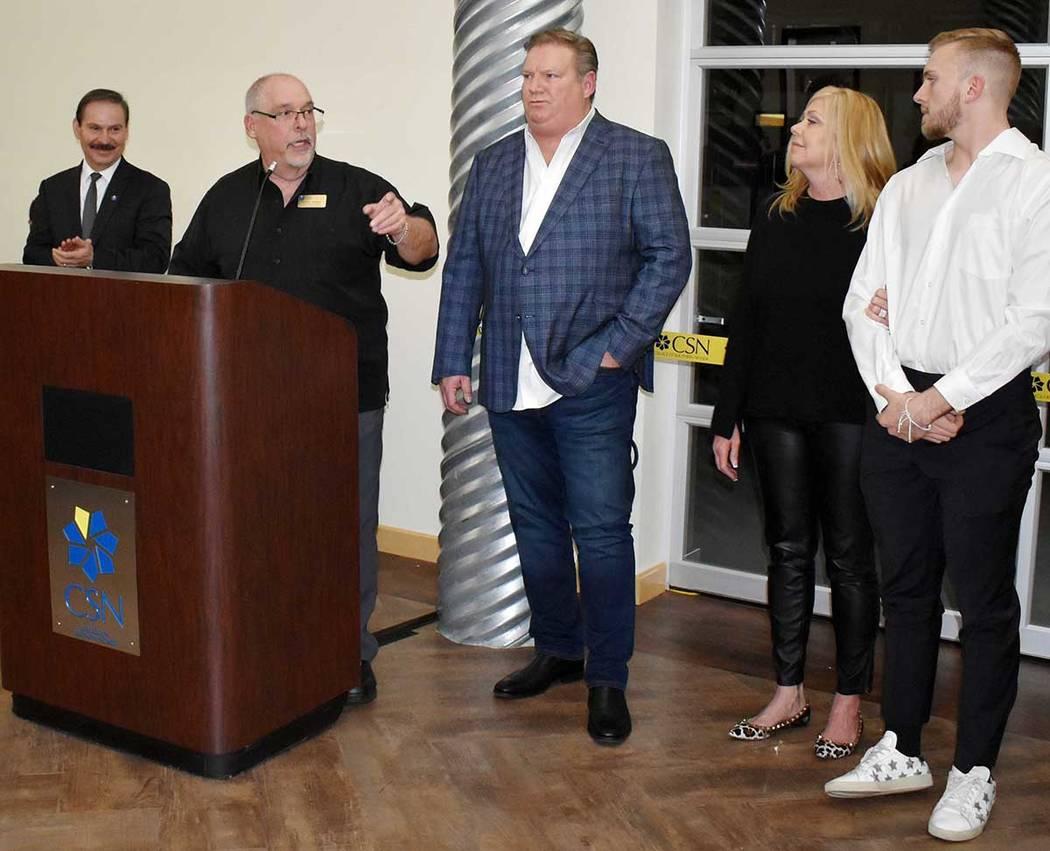 Dennis Soukup, presidente del Departamento de Tecnologías Aplicadas de CSN, agradeció a Ken Goodrich, propietario de la empresa Goettl –aquí con su esposa e hijo- la generosa donación de rec ...