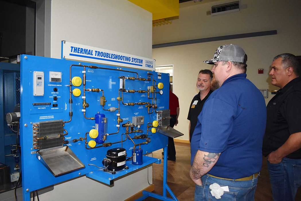 Haciendo hincapié en las habilidades prácticas y técnicas prácticas, este programa prepara a los estudiantes para analizar, sintetizar y resolver problemas de HVAC / R. Viernes 1 de marzo en e ...