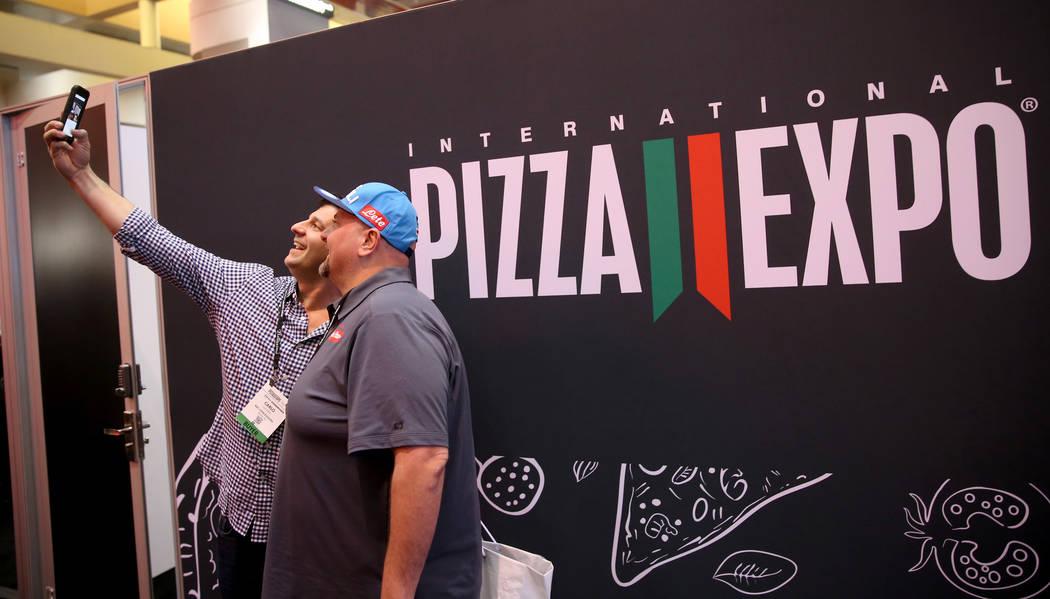 Carlo Luciano, de Wayne, Pennsylvania, a la izquierda, y Lorenzo Colella, de Brewster, Nueva York, se toman una selfie en la International Pizza Expo en el Centro de convenciones de Las Vegas el m ...