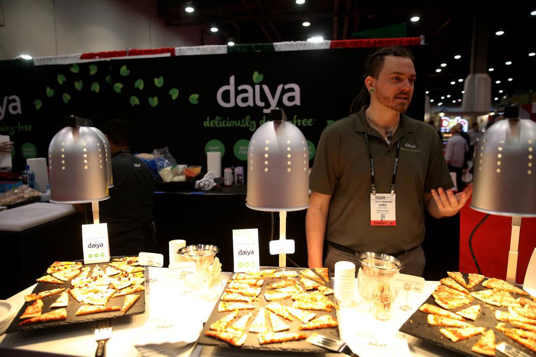 Chris Matthews de Daiya Foods of Canada habla con un reportero sobre su pizza vegana y sin gluten en la International Pizza Expo en el Centro de Convenciones de Las Vegas el martes 5 de marzo de 2 ...