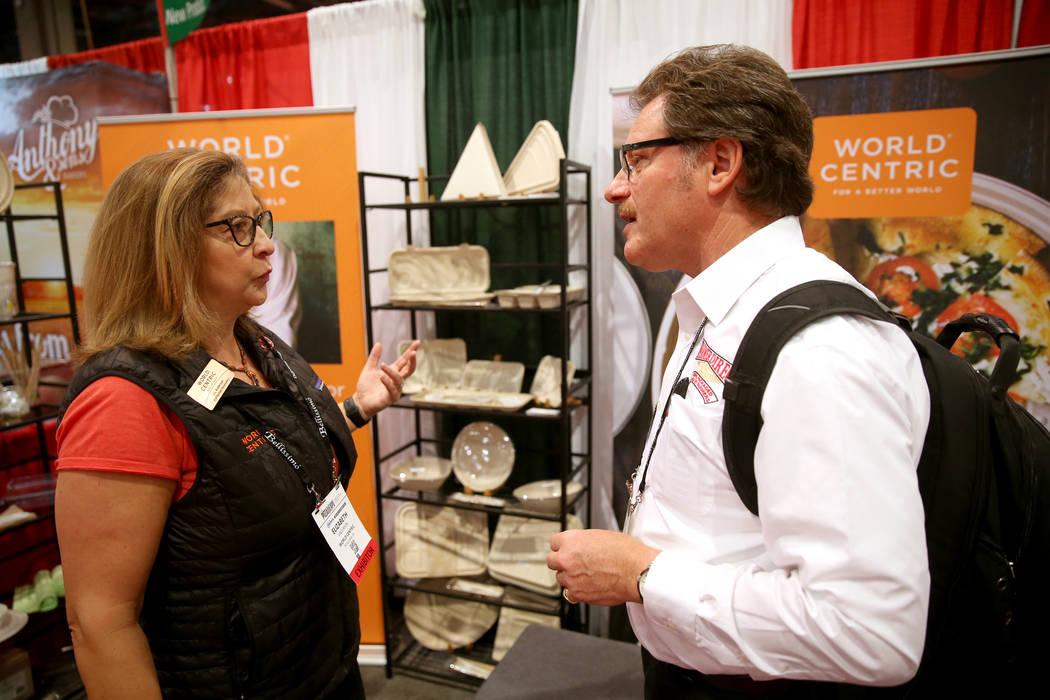 Liz Anderson, vicepresidenta de desarrollo comercial de World Centric, habla con Robert Morando de New Cambria, Kansas, en su stand en la Exposición Internacional de Pizza en el Centro de Convenc ...