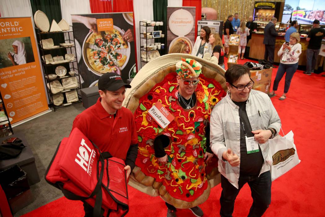 Nick Seretis, de Norfolk, Virginia, derecha, posa con Jim Capalbo, izquierda, y Tom Peske, de World Centric en Petaluma, California, en la Exposición Internacional de Pizza en el Centro de Conven ...