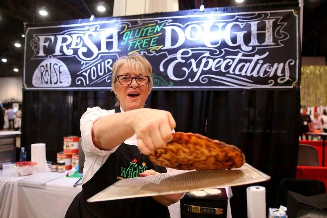 Kim Desch, de Wild Flour Bakery en Longmont, Colorado, muestra la parte inferior de su pizza sin gluten en la Exposición Internacional de Pizza en el Centro de Convenciones de Las Vegas el martes ...