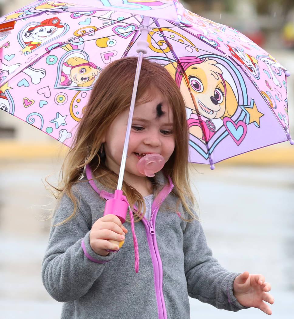 Kaisyn Wood, de 3 años, de Las Vegas, juega en un charco durante la lluvia del miércoles, 6 de marzo de 2019, en Las Vegas. (Bizuayehu Tesfaye / Las Vegas Review-Journal) @bizutesfaye