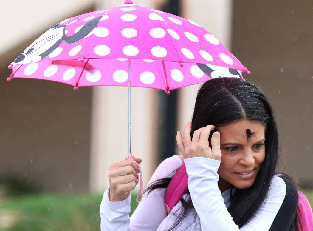 Lori Wood, de Las Vegas, sostiene un paraguas para protegerse de la lluvia el miércoles 6 de marzo de 2019, en Las Vegas. (Bizuayehu Tesfaye / Las Vegas Review-Journal) @bizutesfaye