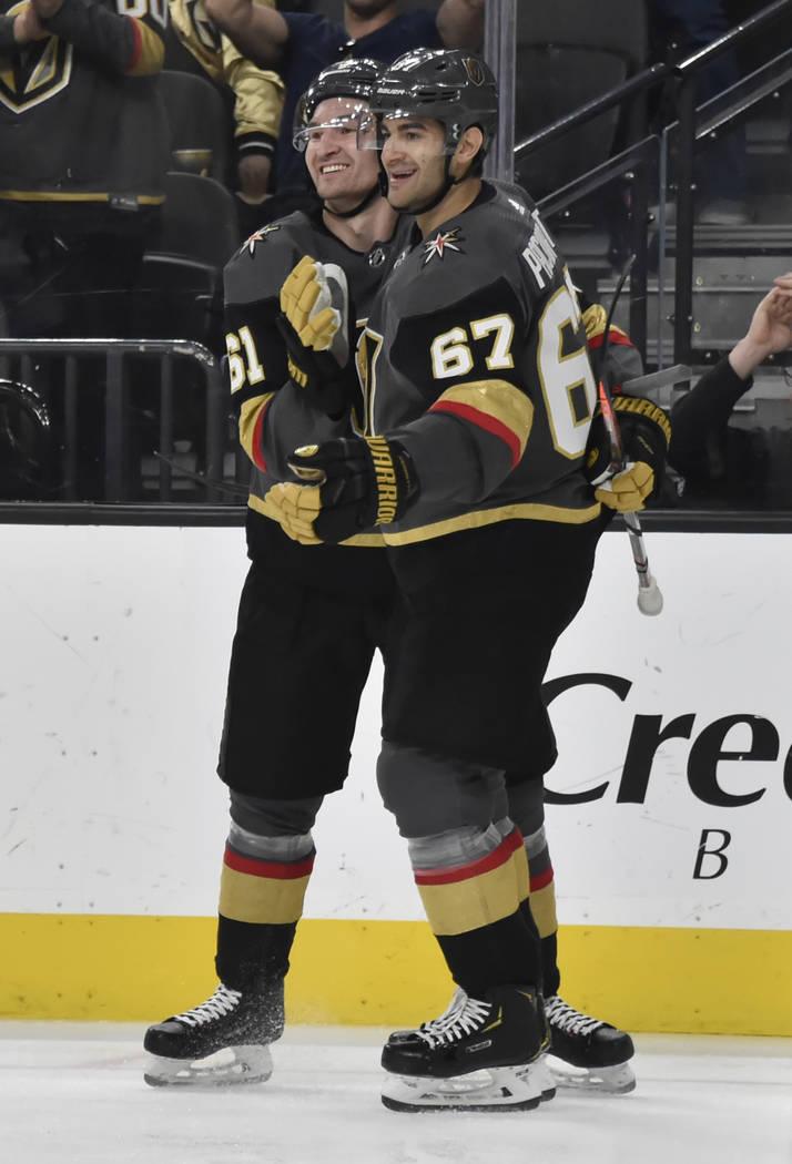 El ala derecha de los Golden Knights de Las Vegas, Mark Stone (61), y Max Pacioretty (67), ala izquierda, celebran el gol de Pacioretty contra los Vancouver Canucks durante el segundo período de ...