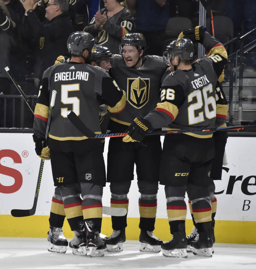 El defensa Deryk Engelland (5) de los Golden Knights de Las Vegas, el defensa Nate Schmidt (88), el ala derecha Mark Stone (61), el ala izquierda Max Pacioretty (67) y el centro Paul Stastny (26), ...