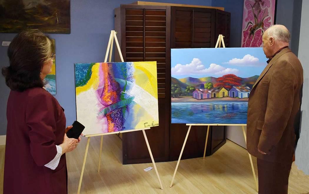 Nelly Scheer y Manuel Rivera observan parte del trabajo de Tina Rivera. Martes 6 de marzo de 2019 en el Instituto Internacional de Artes Escénicas de Las Vegas. Foto Frank Alejandre / El Tiempo.
