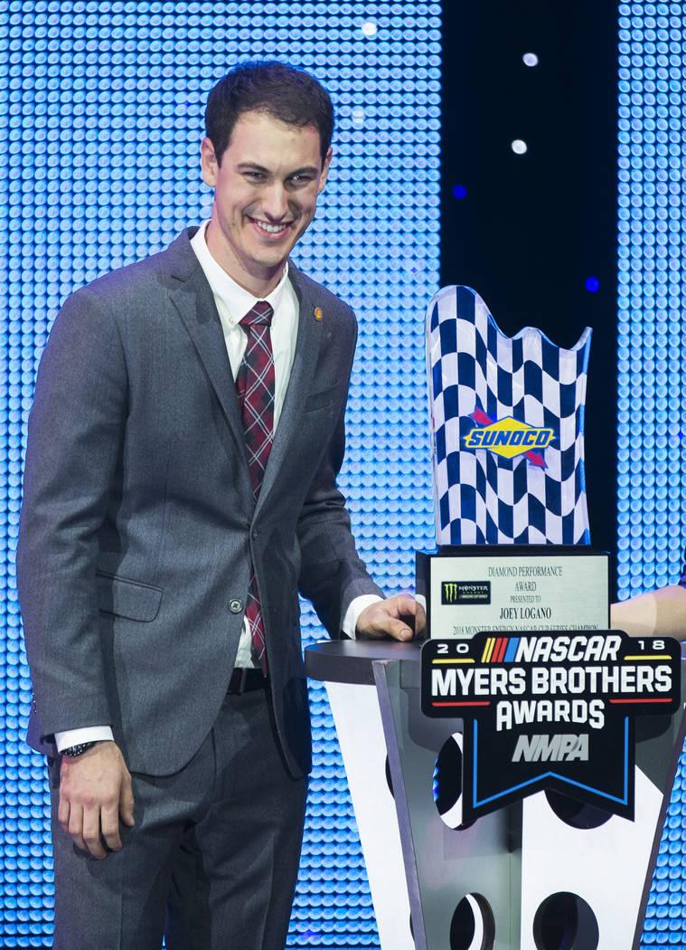 Joey Logano toma fotos con el Diamond Performance Award durante los premios NASCAR NMPA Myers Brothers en Encore Theatre el miércoles 28 de noviembre de 2018, en Wynn Las Vegas, en Las Vegas. Ben ...