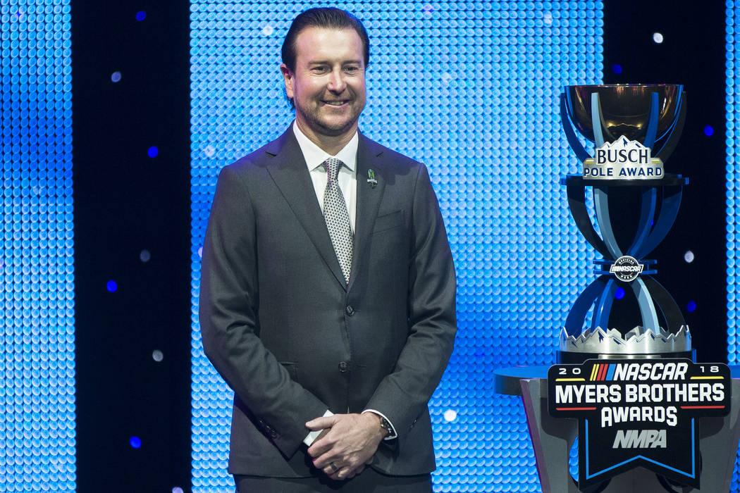 Kurt Busch se toma fotos después de recibir el Premio Pole en los Premios NASCAR NMPA Myers Brothers en el Teatro Encore el miércoles, 28 de noviembre de 2018, en Wynn Las Vegas, en Las Vegas. B ...