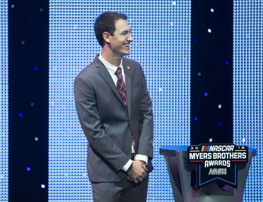 Joey Logano comparte una risa con la audiencia luego de recibir el Diamond Performance Award durante los NASPA NMPA Myers Brothers Awards en el Encore Theatre el miércoles 28 de noviembre de 2018 ...