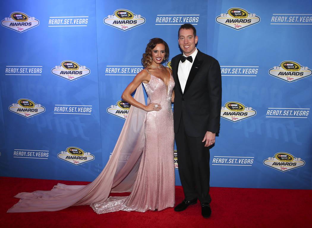 Kyle Busch, con su esposa Samantha, llegan a los premios de carreras de autos de la NASCAR Sprint Cup Series en el hotel-casino Wynn en Las Vegas el viernes 2 de diciembre de 2016. (Chase Stevens ...