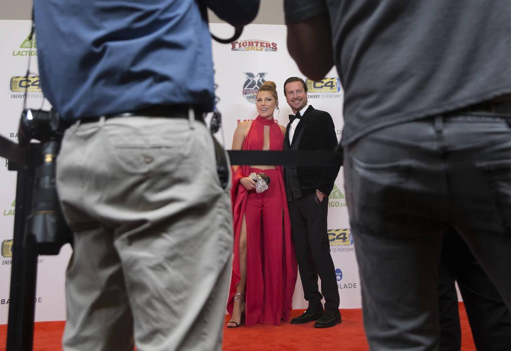El conductor de NASCAR Kurt Busch, a la derecha, con su esposa Ashley Van Meter durante el evento de la alfombra roja antes del inicio de los Premios MMA 2018 el martes 3 de julio de 2018, en el h ...