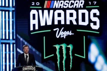 Dale Earnhardt Jr. habla durante los premios de carreras de autos de la Serie NASCAR Cup el jueves 30 de noviembre de 2017, en Las Vegas. (Foto AP / Isaac Brekken)