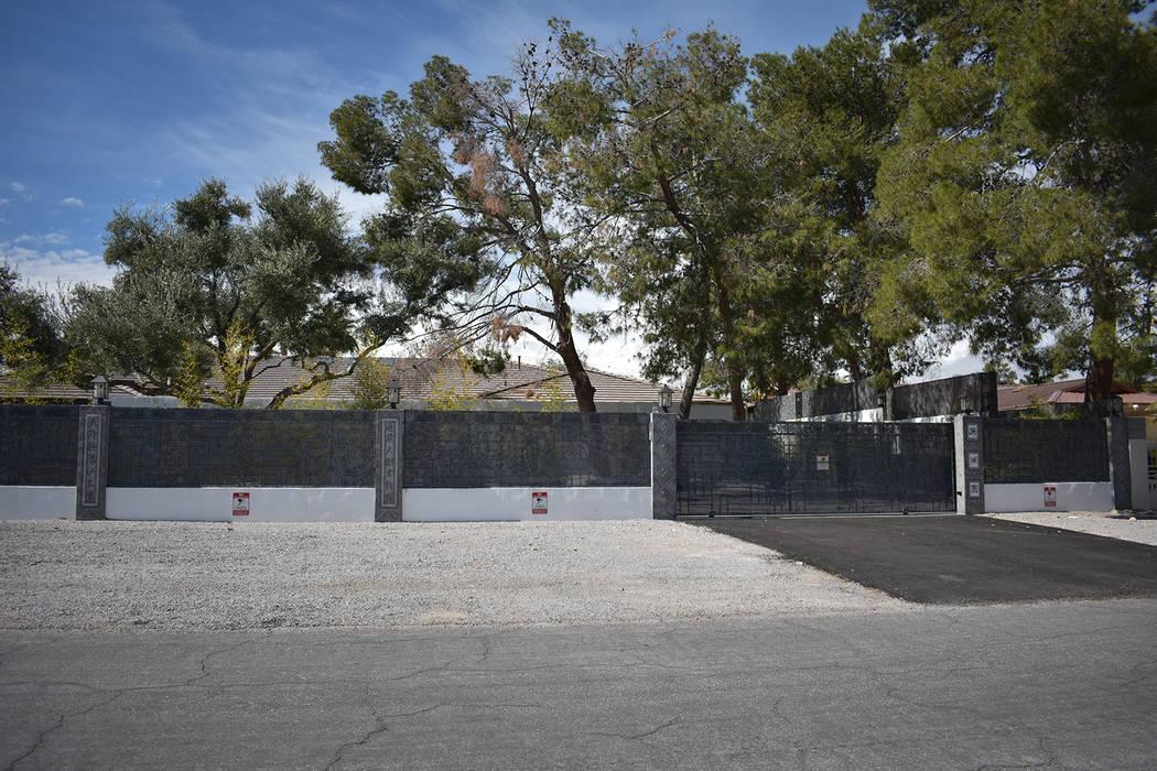 The Enchanted Elegant Mansion en Spring Valley, listado para alquiler en totalmaxhomes.com ubicado en el bloque 2000 de El Camino Road. (Rachel Spacek / Las Vegas Review-Journal @RachelSpacek)