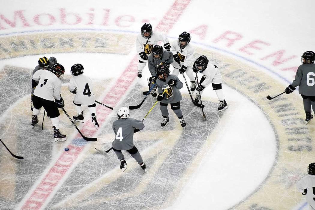 Los equipos Gris y Blanco se enfrentaron en una cascarita amistosa, en el intertercio del partido entre Vegas Golden Knights y Calgary Flames. Miércoles 6 de marzo de 2019 en la arena T-Mobile de ...