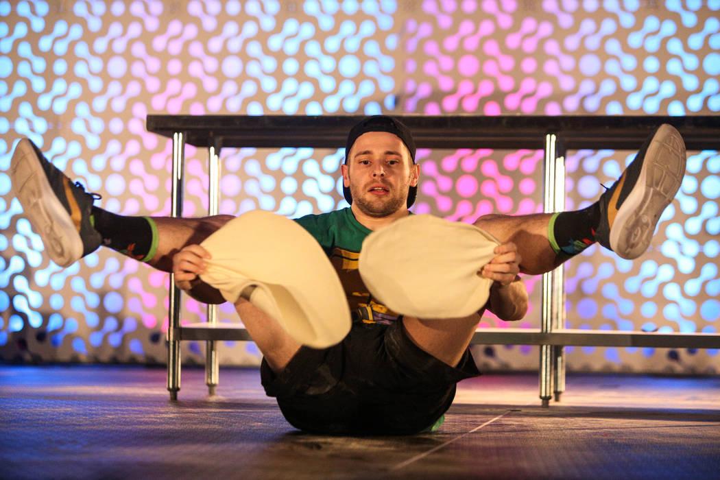 Nathan Wilson compite en el campeonato de lanzamiento de masa de la Exposición Internacional de Pizza en el Centro de Convenciones de Las Vegas en Las Vegas, el miércoles 6 de marzo de 2019. (Ca ...