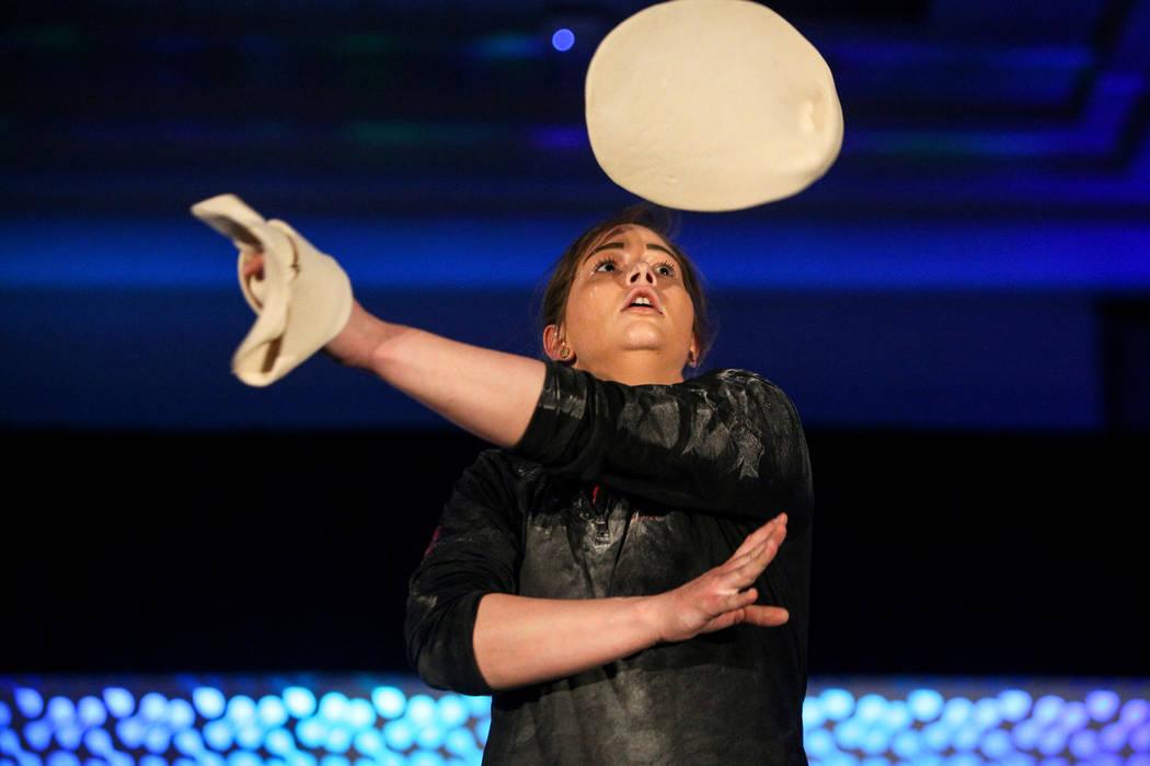 Tara Hattan compite en el campeonato de lanzamiento de masa de la Exposición Internacional de Pizza en el Centro de Convenciones de Las Vegas el miércoles 6 de marzo de 2019. (Caroline Brehman / ...