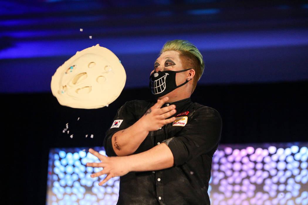Juntae Jin compite en el campeonato de lanzamiento de masa de la Expo Internacional de Pizza en el Centro de Convenciones de Las Vegas en Las Vegas, el miércoles 6 de marzo de 2019. (Caroline Bre ...