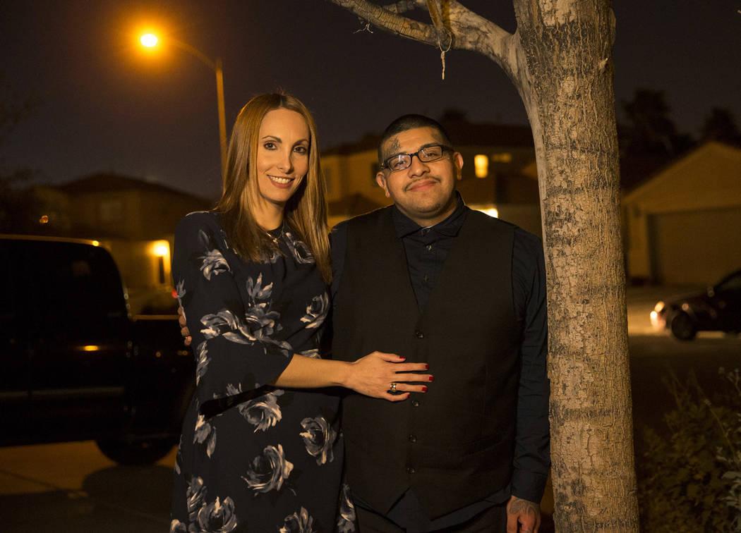 La abogada Alexis Plunkett, a la izquierda, y su novio Andrew Arévalo, ex pandillero, posan en su casa en Las Vegas el jueves 22 de febrero de 2018. (Las Vegas Review-Journal)