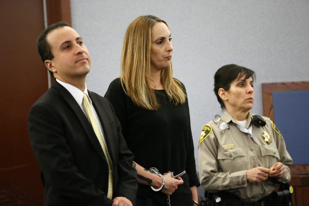 La abogada encarcelada Alexis Plunkett, centro, con su abogado Michael Castillo, a la izquierda, se presenta a una audiencia judicial en el Centro de Justicia Regional de Las Vegas el miércoles 6 ...