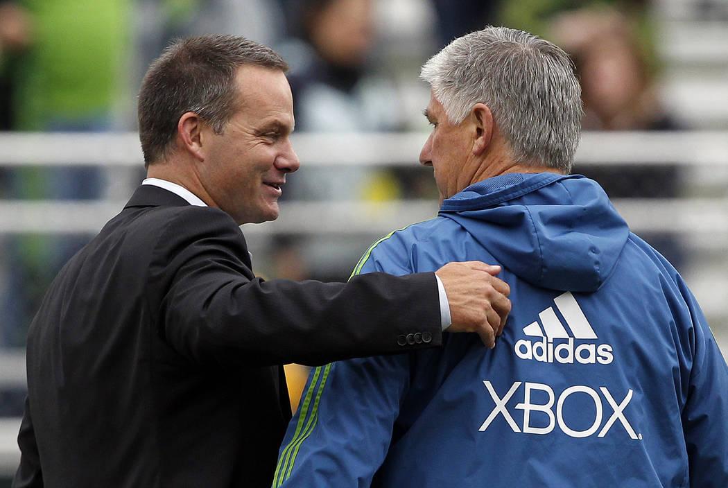 El entrenador en jefe de los Seattle Sounders, Sigi Schmid, derecha, y el entrenador en jefe del Cal FC, Eric Wynalda, charlan antes de un partido de fútbol de cuarta ronda de la Copa Abierta de ...