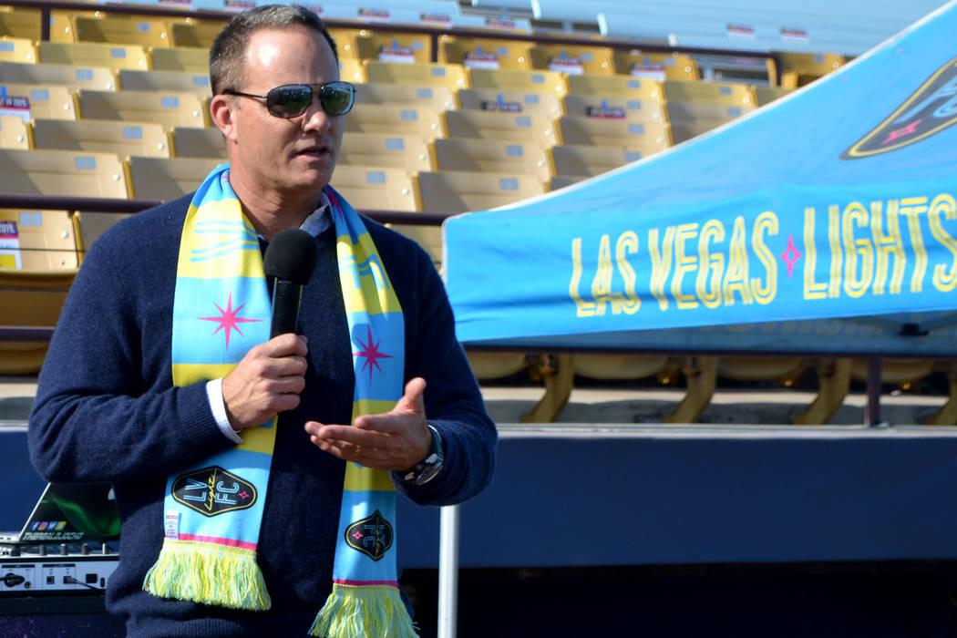 El entrenador de Las Vegas Lights FC, Eric Wynalda, habla con compradores de boletos de temporada en Cashman Field el sábado 17 de noviembre. El ex astro de fútbol perdió su hogar el 9 de novie ...