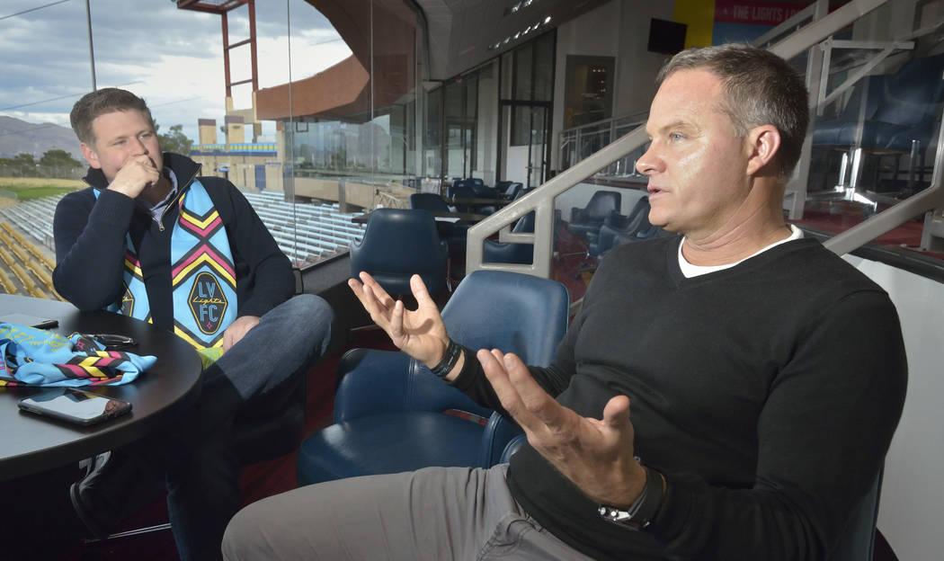 El propietario de Las Vegas Lights FC, Brett Lashbrook, a la izquierda, y el entrenador en jefe Eric Wynalda se muestran durante una entrevista en Cashman Field en 850 N. Las Vegas Blvd. en Las Ve ...