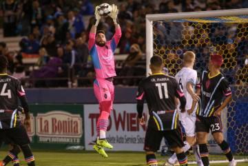 El portero de Las Vegas Lights FC, Thomas Olsen (1), atrapa el balón durante la segunda mitad de un partido de la United Soccer League en Cashman Field en Las Vegas, el sábado 9 de marzo de 201 ...