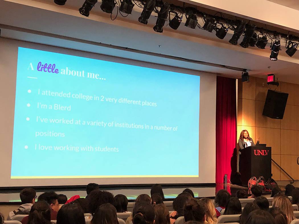 Rashida Love, directora de Diversidad Estudiantil, de la UNLV, habla a 240 estudiantes latinos de preparatoria. Viernes 8 marzo de 2019 en UNLV. Foto Valdemar González / El Tiempo - Contribuidor.