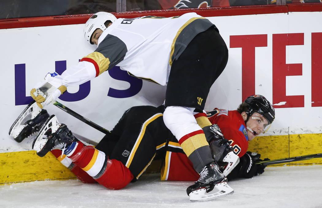 Deryk Engelland, de los Golden Knights de Vegas, controla a Matthew Tkachuk de los Calgary Flames durante el tercer período de un juego de hockey de la NHL en Calgary, Alberta, el domingo 10 de m ...