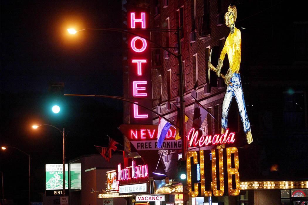 Las luces de neón se encienden en el hotel Nevada en el centro de Ely, 14 de junio de 2002. (Craig L. Moran / Las Vegas Review-Journal)