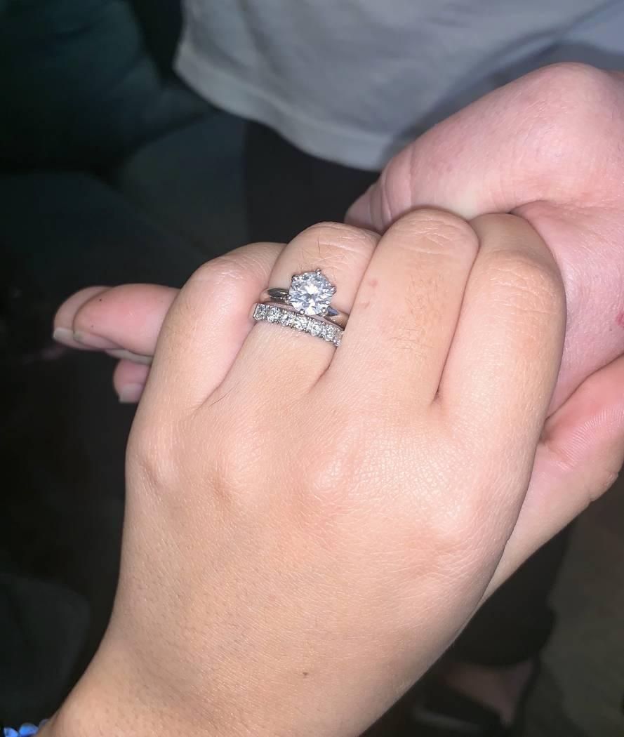 """Olivia Rademann muestra su anillo de matrimonio de 1.5 quilates. Ella y Austin """"Chumlee"""" Russell se casarán legalmente en mayo en Hawai. (Austin Russell)"""