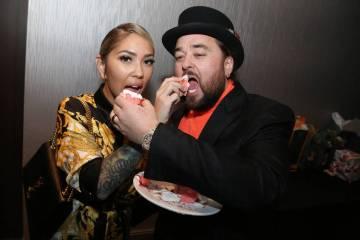"""El coprotagonista de """"Pawn Stars"""" Austin """"Chumlee"""" Russell y su novia, Olivia Rademann, se presentan en la ceremonia previa a su boda en una fiesta en The D Las Vegas el sábado 9 de marzo de 2019 ..."""