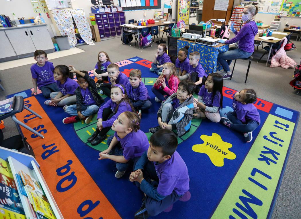 Estudiantes de kindergarten observan imágenes en la pantalla mientras su maestra Nikki McGuire, les hace preguntas durante una clase en Staton Elementary en Las Vegas, el martes 5 de marzo de 201 ...