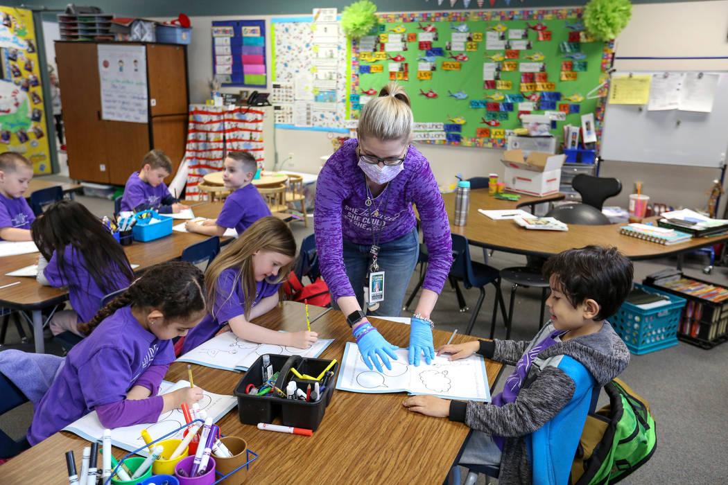 """Nikki McGuire enseña a sus estudiantes de jardín de niños durante una clase en Staton Elementary en Las Vegas, el martes 5 de marzo de 2019. Todos los martes, la escuela lleva camisetas de """"Hop ..."""